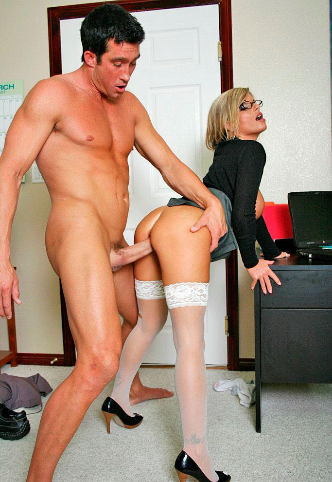 Жёсткий секретаршу молодую секс трахает директор