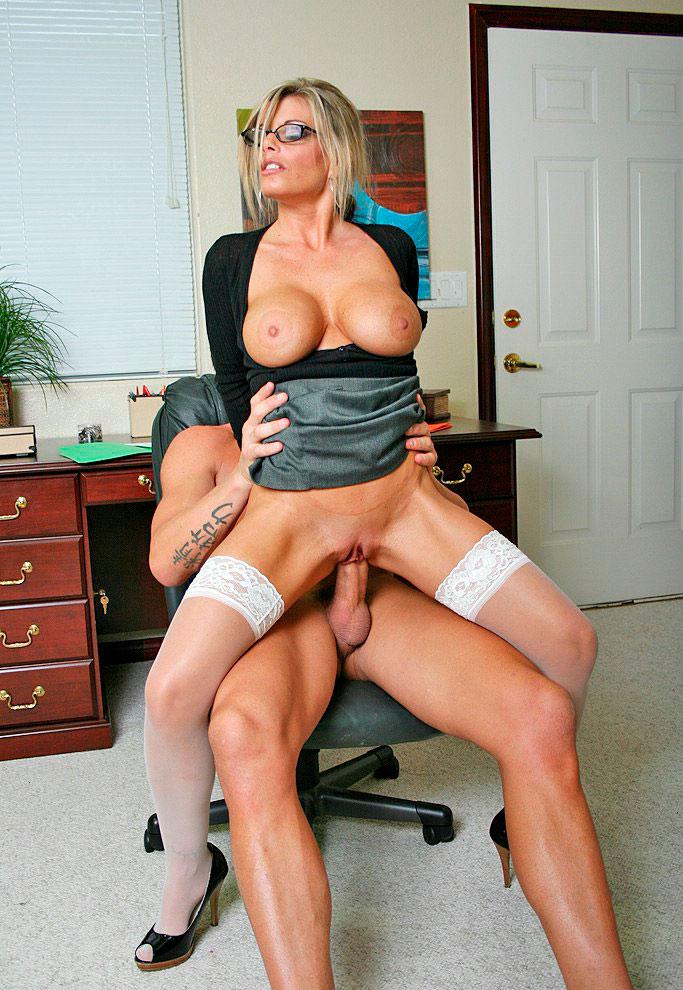 порно зрелой в кабинете покрывало женщина
