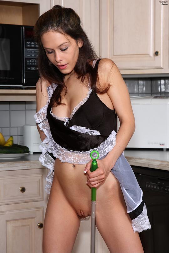 служанка моет пол порно фото