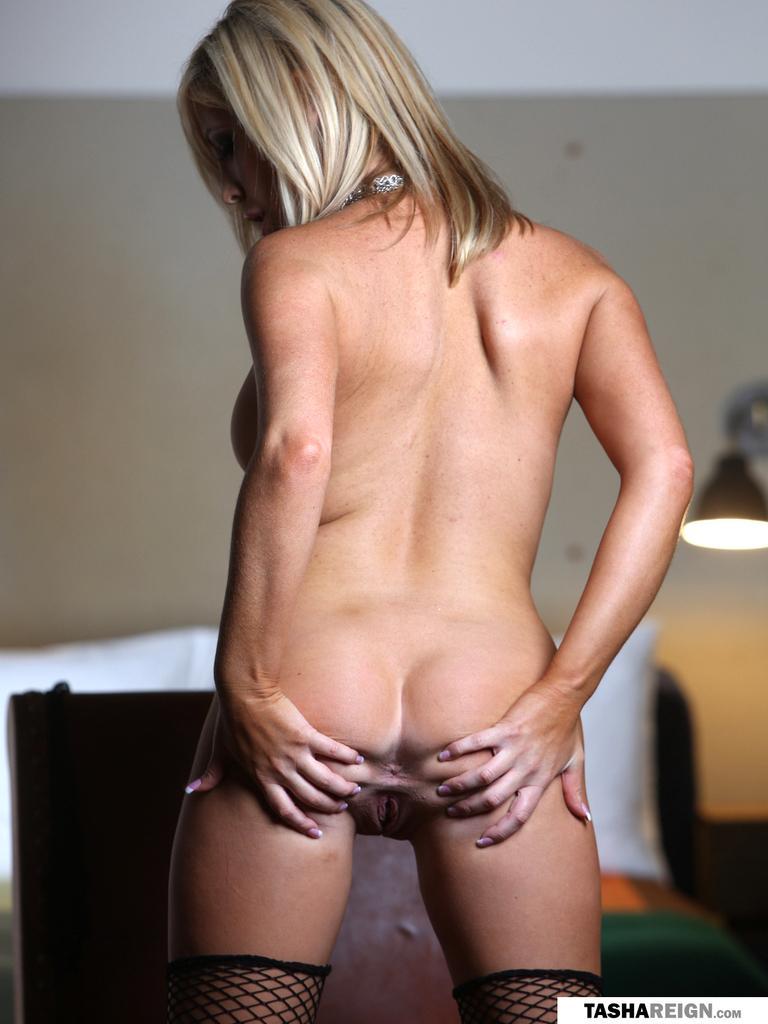 Миленькая блондинка Tasha Reign повернулась и показала анальчик