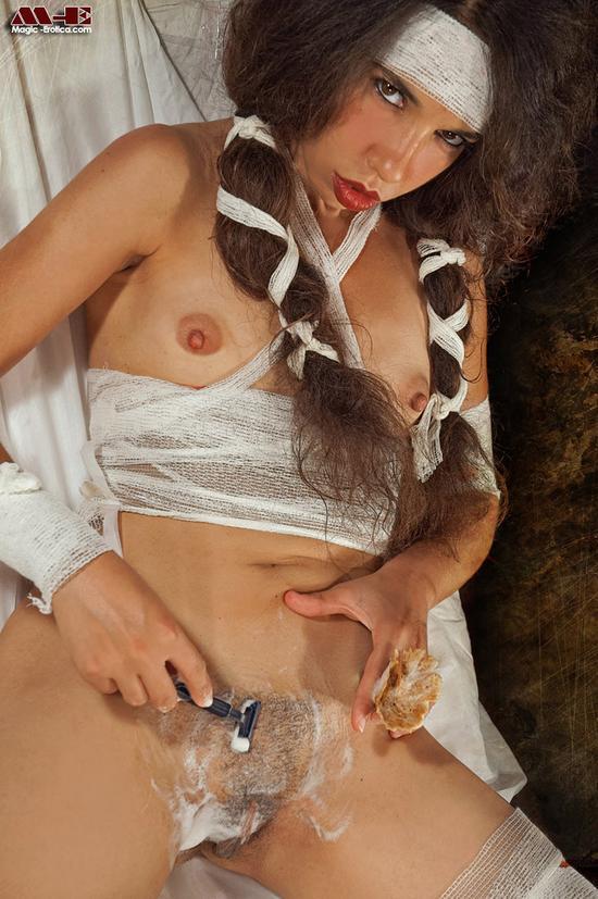 Eva Karera со связанными руками и голой грудью сосет длинный член своего парня